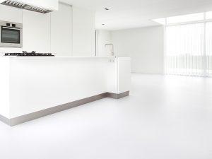 witte gietvloer in de keuken